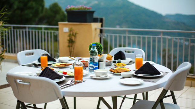 timbuk-too-kasauli-best-price-accommodation-rooms-villa-with-valley-facing-dining-restaurant-eating-points-in-kasauli
